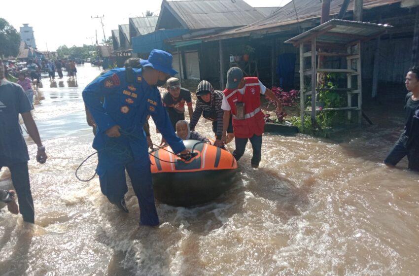 Jajaran Satpolairud Evakuasi Korban Banjir di Pelosok