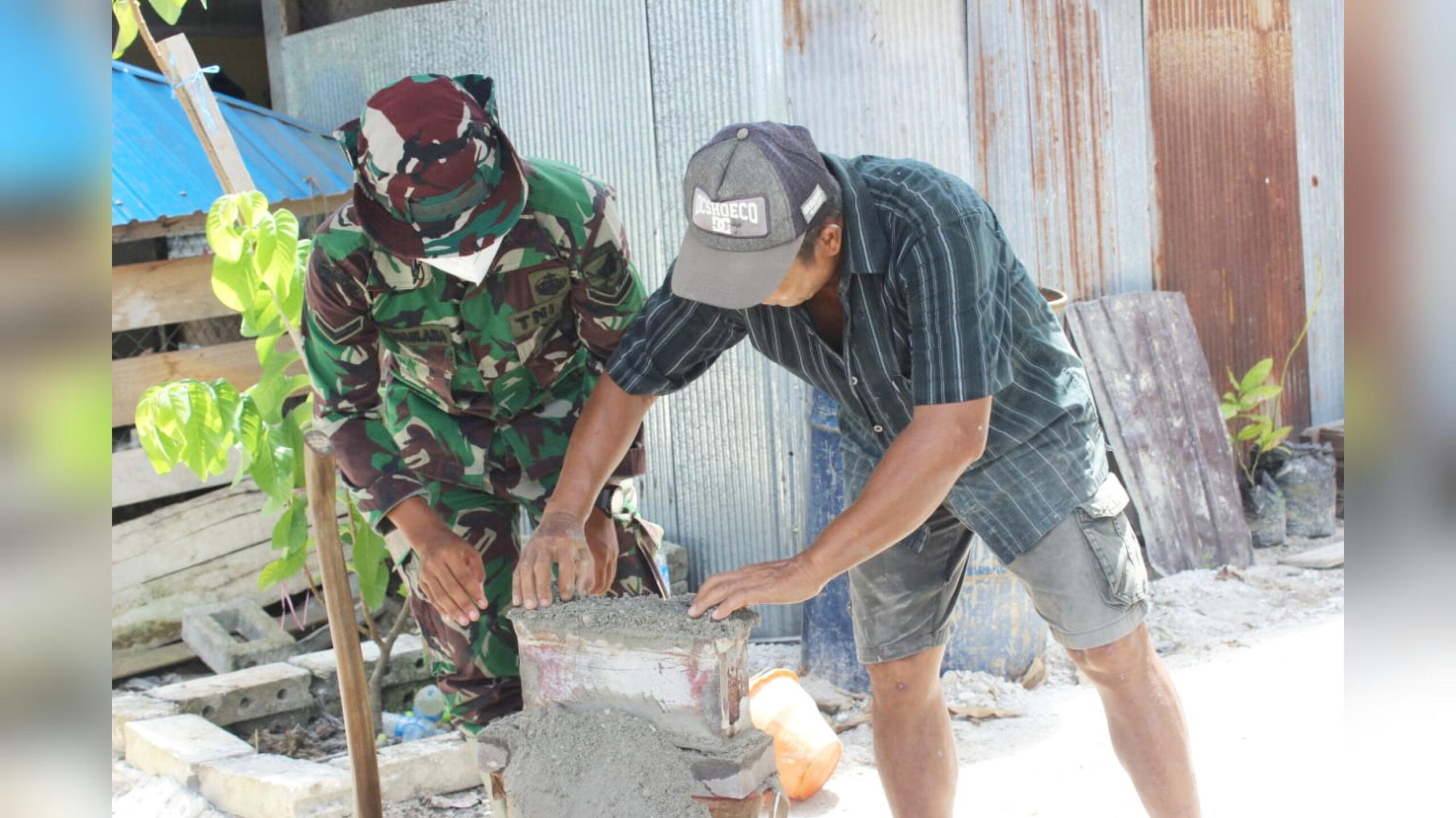 Anggota Satgas TMMD Bantu Warga Sambil Belajar Bikin Batako