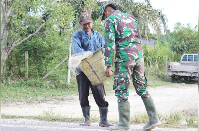 Pulang Cari Ikan, Seorang Warga di Desa Kampuri Ketiban Rezeki Dari TNI